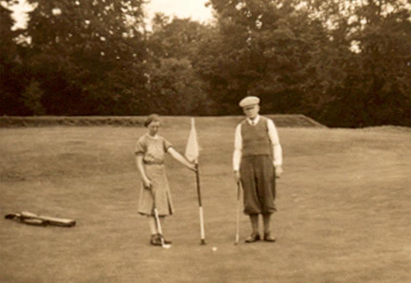 Mi madre y abuelo en el campo de Crieff GC 1940